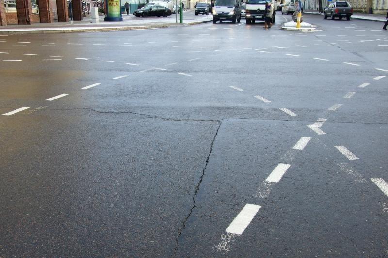 Klaipėdos centre įtrūko gatvės grindinys (foto)