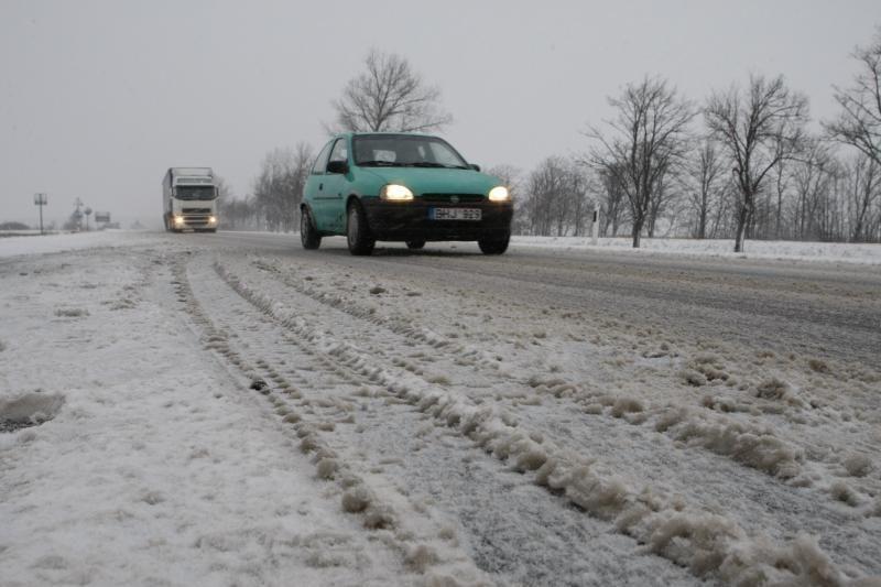 Sninga ir pusto visoje Lietuvoje, eismo sąlygos – sudėtingos