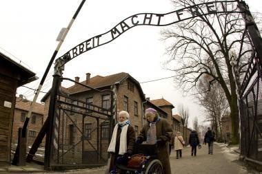 Lenkijoje nuteisti kalėti trys buvusios Aušvico stovyklos vartų užrašo vagys