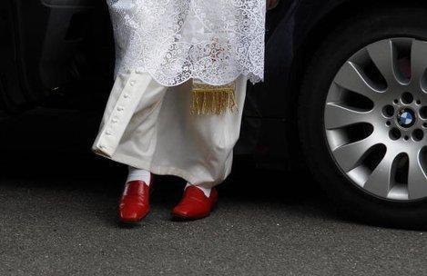 Kodėl popiežiai avi raudonus       batus?