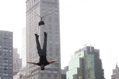 Iliuzionistas 60 valandų žemyn galva kabos virš Niujorko