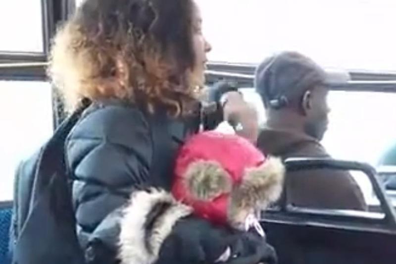 """Autobuse: agresyvi mamytė numeta vaiką ir puola keleivei į """"atlapus"""""""