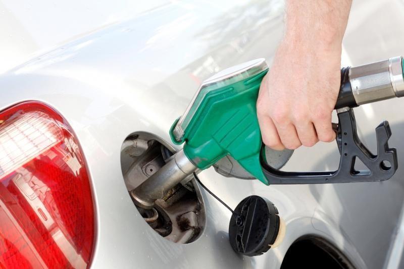 Degalinėse vyksta degalų išpardavimas