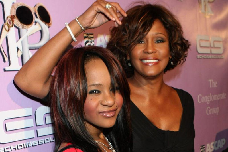 Whitney Houston duktė girdi, kaip motina kalbasi su ja