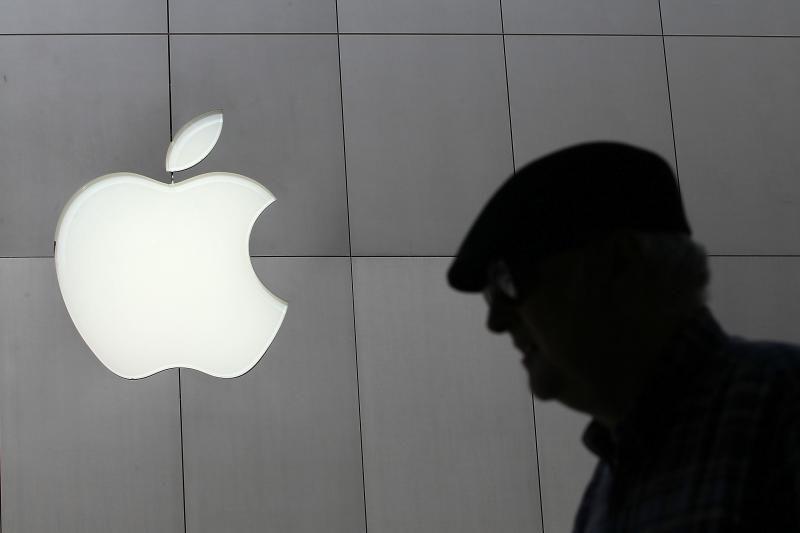 """83 metų moteris dėl stiklinės sienos į teismą padavė """"Apple"""""""