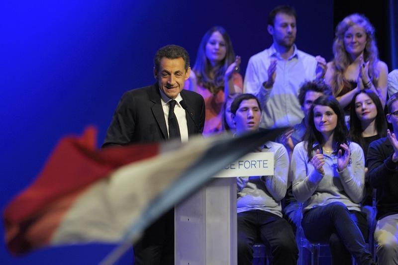 """Kova dėl Prancūzijos prezidento posto toliau vyks """"nusiėmus pirštines"""""""