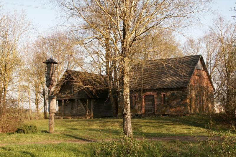 Pakruojo rajone suniokotas Balsių dvaras, kuriame gyveno K. Binkis