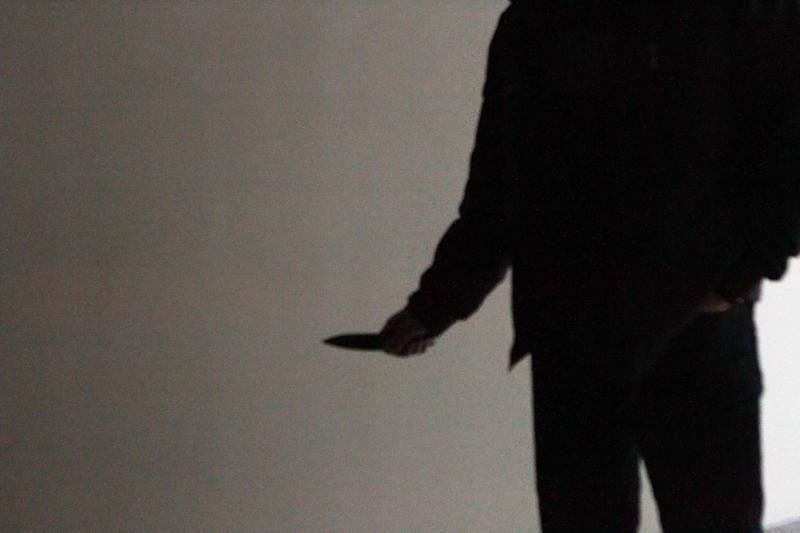 Britanijoje 10-mečiai kuprinėse nešiojasi peilius, kirvius ir mačetes