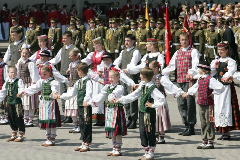Iškilmingai atidaryta Moksleivių dainų šventė