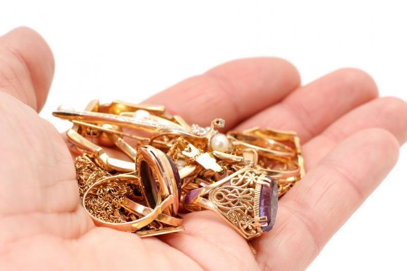 Iš seifo pavogta daugiau nei 4 tūkst. kainavusi grandinė