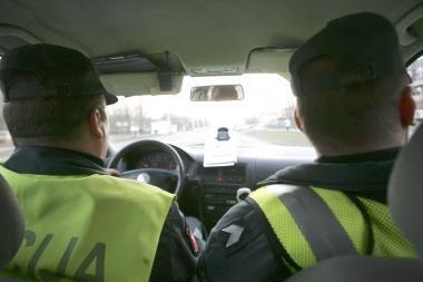Teisės vairuoti neturintys girti jaunuoliai pareigūnams siūlė kyšį