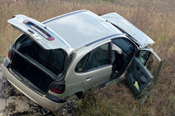 Avarija Vilniaus rajone: automobilis pakibo ant upės kranto (papildyta)