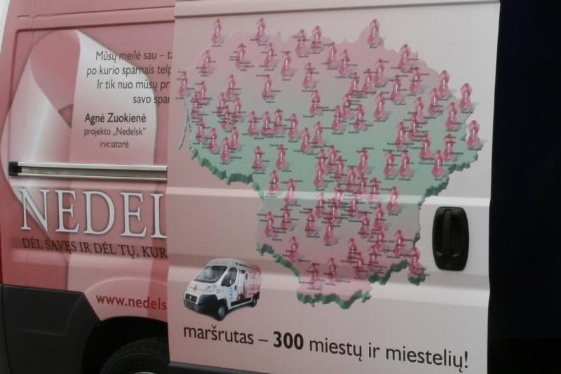 """Rožinis """"Nedelsk"""" autobusėlis atvyksta į Vilnių (vietos ir laikas)"""