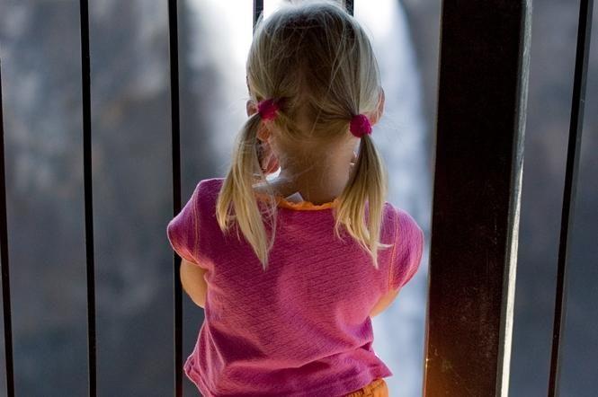 Girtas vyras mažametę mergaitę daužė į duris