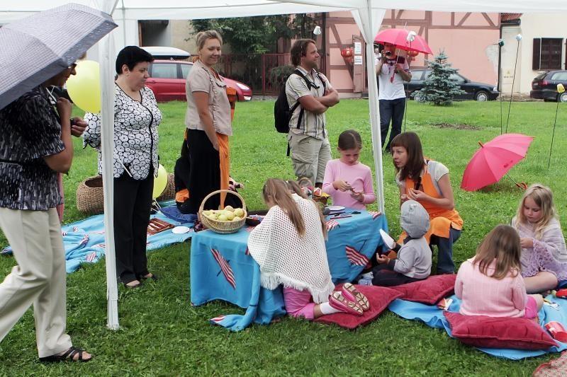Klaipėdos senamiestyje iškyla lyjant lietui