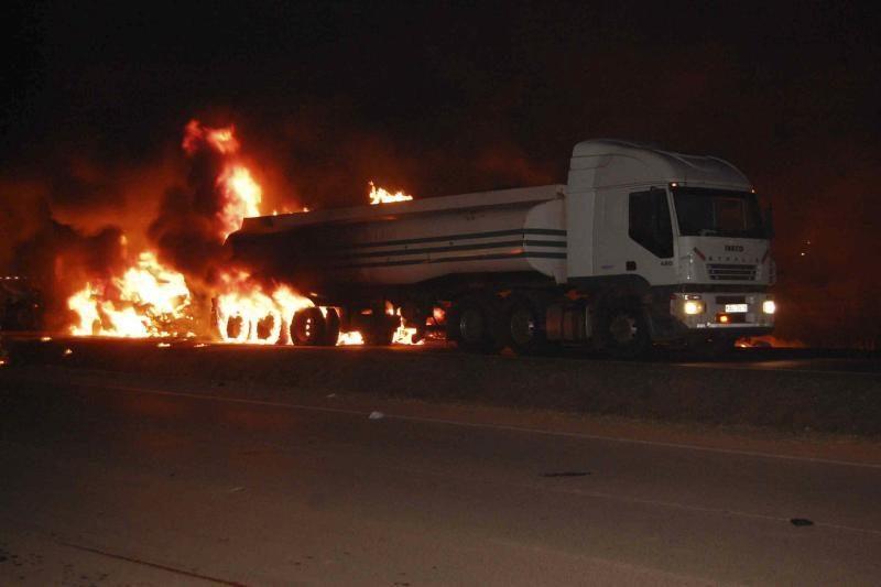Ugandoje užsiliepsnojus benzinvežiui žuvo 31 žmogus