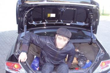 Vilniečiai automobilio bagažinėje vežė nelegalą