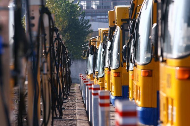Lenkų pareigūnai vaikus vežusį autobusą aikštelėje laikė visą naktį