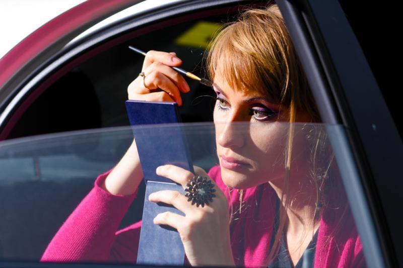 Pravažiuodamas vyras spjovė į moters automobilį