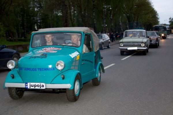 Palangos vasaros sezono pradžios šventę išjudino automobiliai