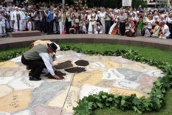 Dainų šventė: supiltas Lietuvos žemėlapis, pažadinta žemė