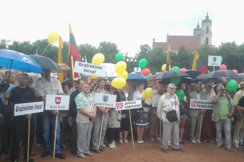 """Pusė tūkstančio """"darbiečių"""" protestavo Lukiškių aikštėje"""
