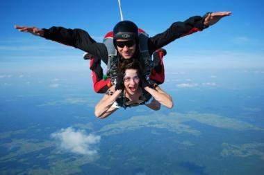 Pirmą kartą Lietuvoje – pusnuogės šuolis parašiutu