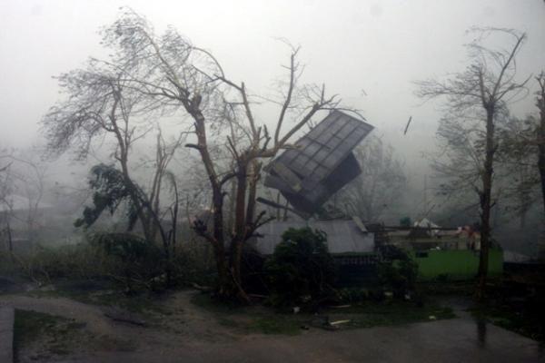 Filipinus užgriuvęs stiprus taifūnas nusinešė dešimt žmonių gyvybių