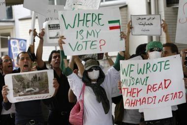 Irano sostinėje prie universiteto susirinko protestuotojai