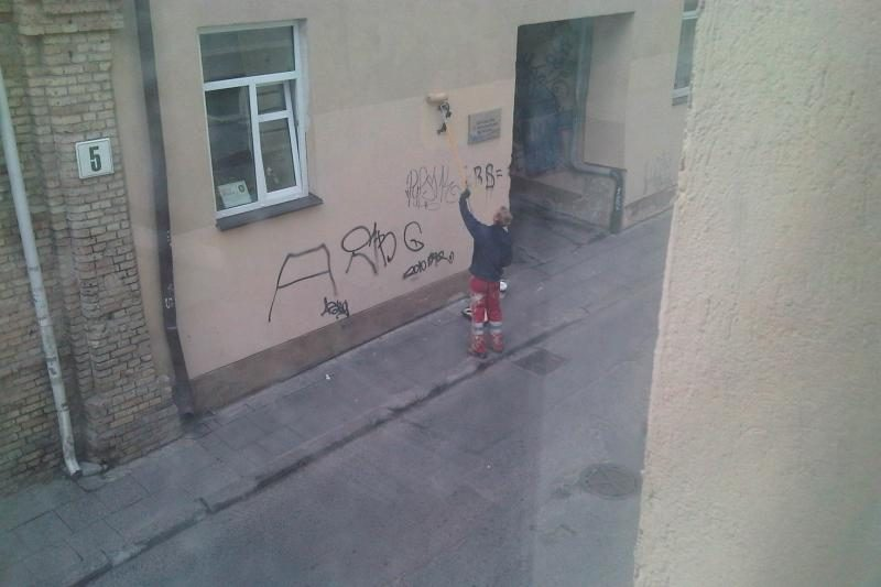 Klaipėdos pastatų sienas teplioja ne tik vaikinai