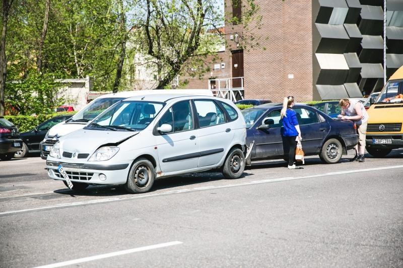 Karaliaus Mindaugo prospekte dėl duobės susidūrė trys automobiliai