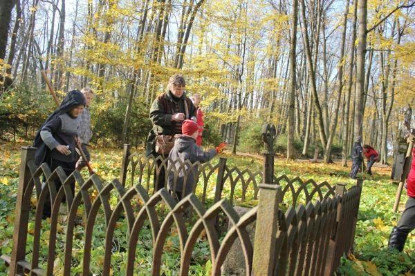 Kauno samariečiai tvarkė apleistas Fredos kapines
