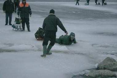 Žvejai vėl murdėsi ant ledo lyčių