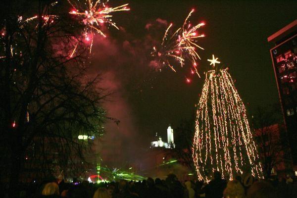 Vienybės aikštėje įžiebta kalėdinė eglė