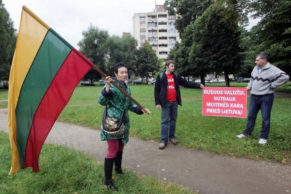 Prie Rusijos ambasados surengtas piketas dėl veiksmų prieš Lietuvos vežėjus ir pienininkus (papildyta)