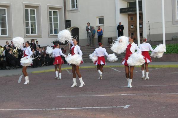 Šokėjos, orkestras ir vėliavos pakėlimas - taip VU sutiko naujus mokslo metus