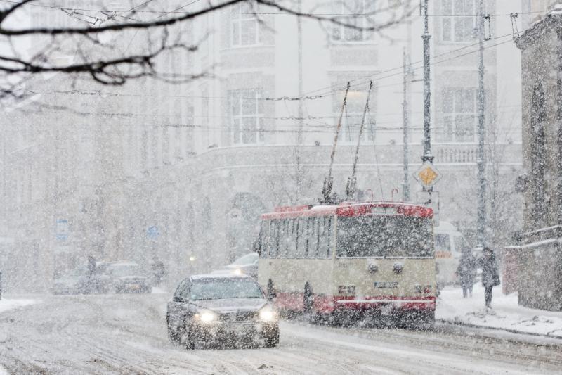 Eismą didžiojoje šalies dalyje apsunkina sniegas
