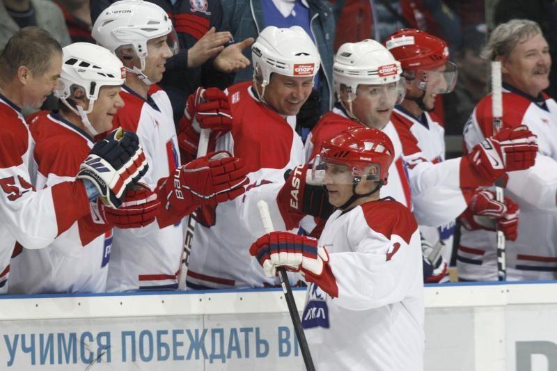 """V.Putinas parodė """"stebuklą ant ledo"""" - įmušė įvartį"""