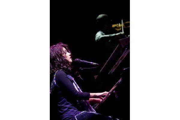Dainininkei Katie Melua plojo atsistoję