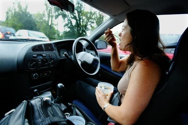 Valgyti kelyje – pavojinga