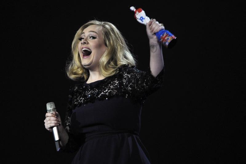 """Adele vėl triumfuoja, šįkart – """"Brit Awards"""" ceremonijoje"""