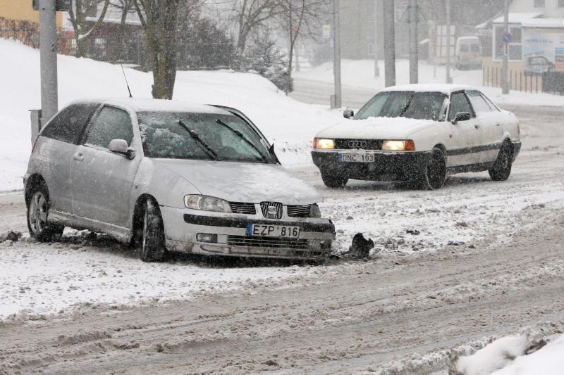 Automobiliai slidinėjo apsnigtose gatvėse