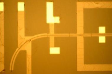 Mikroschemos dydžio dalelių greitintuvai - spindulinėje terapijoje?