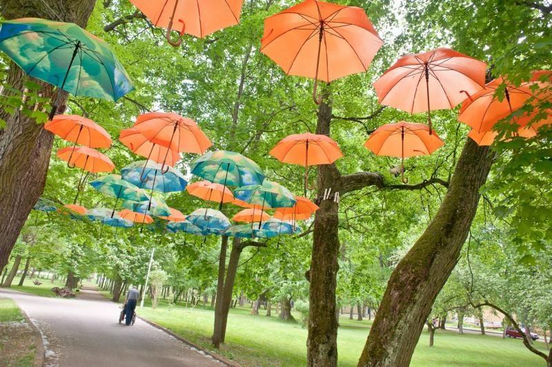 Šv. Roko ligoninės alėja papuošta spalvingų skėčių girlianda