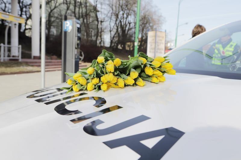 Klaipėdos moterims - gėlės iš pareigūnų