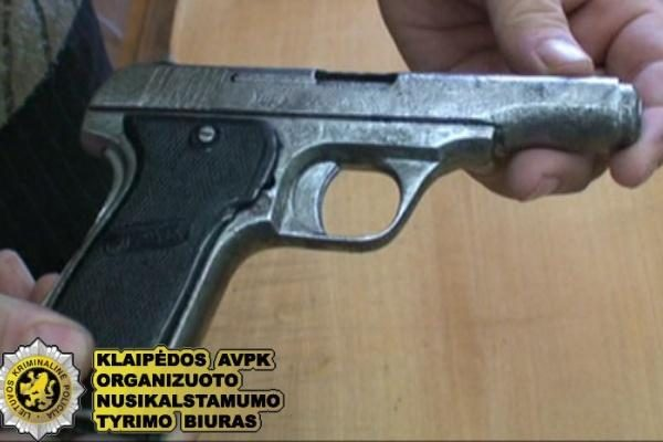 Įžūlus vagis pagrobtoje mašinoje laikė ginklą ir granatą