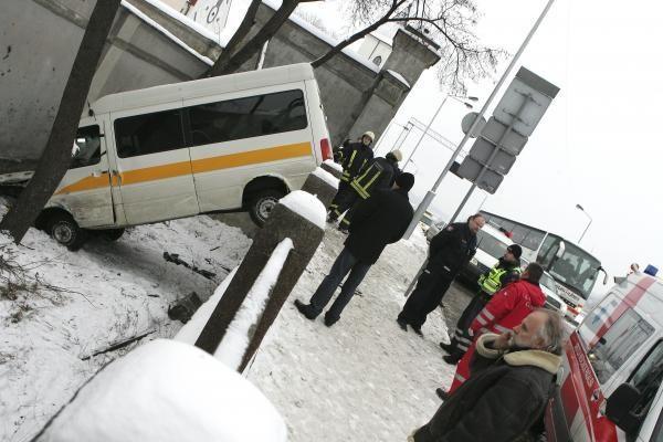 Mikroautobusas prie Vytauto bažnyčios nuvažiavo nuo kelio (papildyta)