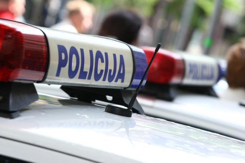 Girti chuliganai policijos automobilius apmėtė kiaušiniais