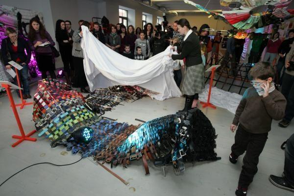 Iš diržų menininkai nupynė sūpuokles, drugelį, sraigę ir pastatė fotosieną