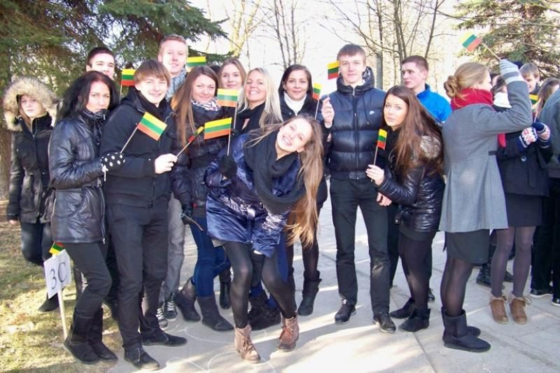 """900 Kauno gimnazistų įsiamžino Kovo 11-osios """"flashmob"""" akcijoje"""